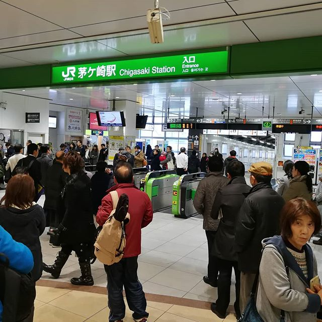 東海道線止まってます。復旧は午後1時半?